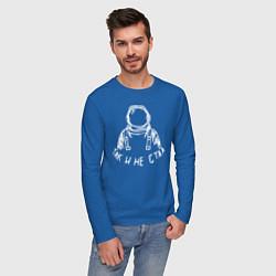 Лонгслив хлопковый мужской Так и не стал космонавтом цвета синий — фото 2