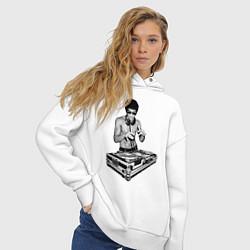 Толстовка оверсайз женская Брюс Ли Dj цвета белый — фото 2